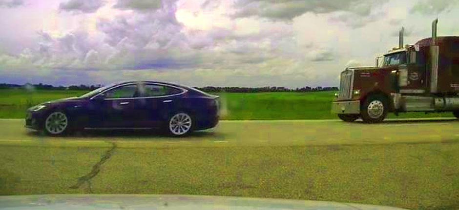 Canada : Tesla driver charged over 'napping while speeding'